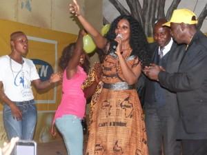 ?Miss Guinée 2015 : Zénab Simankan remporte l'étape de la région forestière  La ville de N'Zerekoré, capitale de la région forestière a accueilli ce samedi 30 aout 2014 la deuxième étape de la présélection de Miss Guinée 2014. A l'issue de cet événement qui s'est tenu à la maison des jeunes en présence des autorités régionales, trois reines de la beauté ont été désignées. Les deux premières représenteront la Guinée forestière à la grande finale prévue au mois de novembre prochain dans la capitale Conakry.  Zenab Simankan, élève en classe de terminale a remporté ce samedi soir la régionale de Nzérékoré. Elle a totalisé 228,5 Points devant Sagno Elisabeth Gustave (1ère dauphine) et Marie Jeanne Gamus (2ème Dauphine).