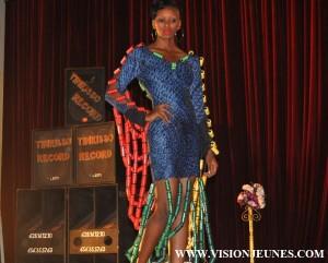 FIMOG 2015 : Des créateurs et mannequins s'illustrent sur le podium des meilleurs La 2ème édition du festival international de la mode guinéenne (FIMOG) a ouvert ses portes ce 29 mai au palais du peuple avec les concours ''Jeune Créateur'' et ''Top Model''. Pour la catégorie création, c'est AS Charme Couture qui a remporté le prix Christ Seydou devant 5 autres nouveaux stylistes. La 1ère place de la catégorie meilleur mannequin homme doté du prix ''Adama Coulibaly'' a été raflé par Sanoussy Cherif Kaba. Aissatou Bobo Bah de l'agence Saf'Am quand à elle s'en est tirée avec le prix ''Maty Thiam'' du meilleur top model féminin.