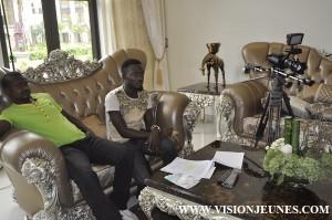 Cinéma : La Côte d'Ivoire s'invite dans le marché du 7ème art guinéen Les guinéens fans des séries étrangères pourront bientôt se vanter d'une production guinéenne. Piloté par Jean Noel Bâ réalisateur ivoirien, la série comporte que des acteurs guinéens qui ont été retenus lors d'un casting organisé par la maison de production Scénarii Guinée. Le tournage a débuté il y'a trois semaines avec des acteurs qui pour certain sont à leur début tandis que d'autres sont à leur énième fois. Vision Jeunes était sur les traces de ces professionnels du 7ème art pour suivre le déroulé de la chose.